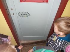 Heslo jsme zdárně našli apřede dveřmi družiny ho zašeptali... asvěte div se, dveře seotevřely.