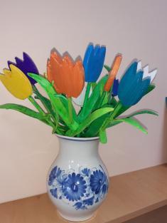 Dřevěné tulipány pronás vytvořil Karolínčin pradědeček. My jsme už je pouze namalovali analakovali.Děkujeme.